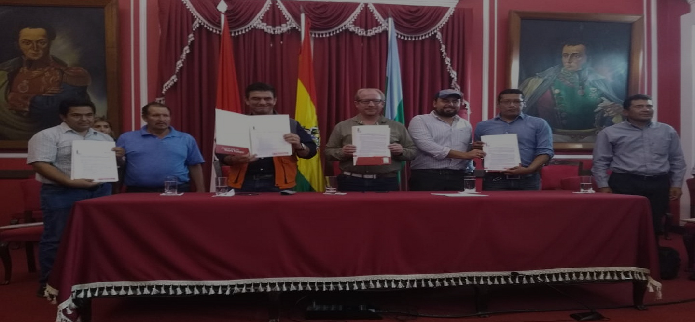 Oliva y Paz firman convenio para el mejoramiento del camino de Obrajes